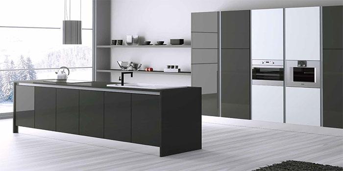 Cocina muebles diseño isla columna gola moderno laminado gris blanco brillo Trecoam