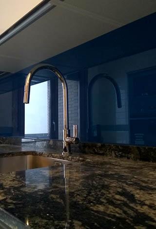 Encimeras cocina peto cristal azul fregadero acero Trecoam