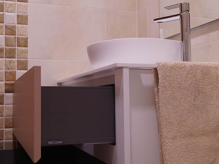 Baños muebles diseño moderno blanco beige suspendido supereficies solidas corian Trecoam