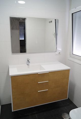 Baño diseño suspendido minimalista oro blanco superficie solida solid surface corian Trecoam